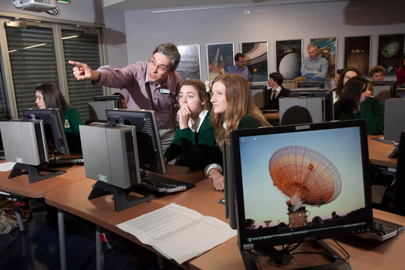 Rob Hollow works with students in the PULSE@Parkes project. Credit: Andrew Crosling