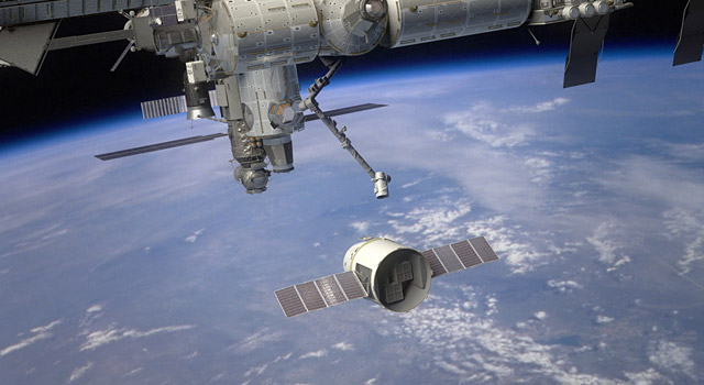 space station crew anticipating spacex dragonu002639s arrival spacex dragon effectively reaches iss 640x350
