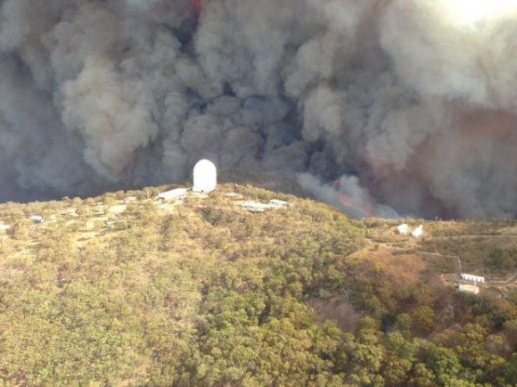 Anglo-Australian Observatory, Siding Springs, with the approaching fires. Via Amanda Bauer. 