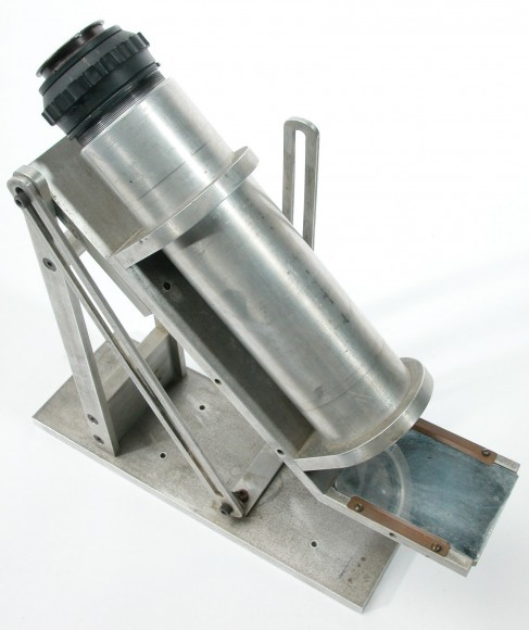 A classic Operation Moonwatch bench instrument sold by Edmund Scientifc. (Credit: The Smithsonian Natinal Air & Space Museum).