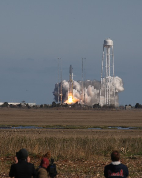 Antares accelerates to orbit on April 21, 2013 from NASA Wallops Flight Facility. Credit: Mark Usciak/AmericaSpace