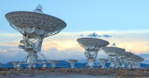 El Very Large Array, uno de los observatorios astronómicos de radio más importantes del mundo, consta de 27 antenas de radio en una configuración en forma de 50 millas al oeste de Socorro, New Mexico.  Cada antena es de 82 pies (25 m) de diámetro.  Los datos de las antenas se combinan electrónicamente para dar la resolución de una antena de 22 millas (36 km) de ancho.  Imagen cortesía de NRAO / AUI y NRAO