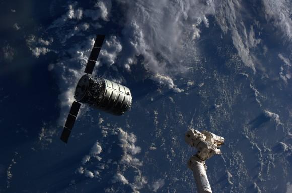 La nave espacial de carga Cygnus se encuentra a pocos metros de distancia de Canadarm2 de la Estación Espacial Internacional durante el encuentro y atraque el 29 de septiembre de 2013.  Crédito: NASA