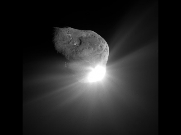 Comet Tempel 1 a minute after being struck by Deep Impact's impactor on July 4, 2005 (NASA/JPL-Caltech/UMD)