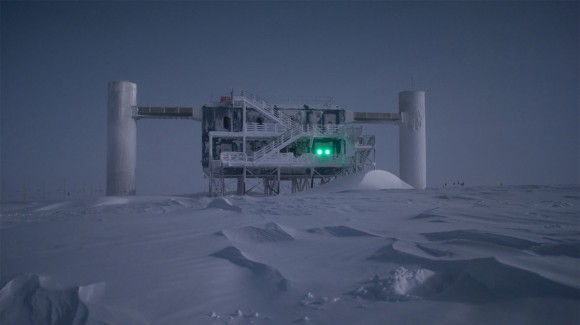 The IceCube Neutrino Observatory at the South Pole. Credit: Emanuel Jacobi/NSF.