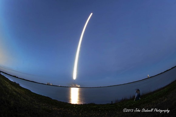 Beautiful streak shot of SpaceX Falcon 9 rocket launch with SES-8 satellite on Dec. 3, 2013. Credit: John Studwell