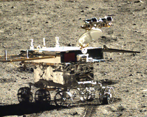 Yutu rover points mast with cameras and high gain