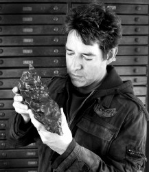 Geoff holds one of his found meteorites (© Geoff Notkin)