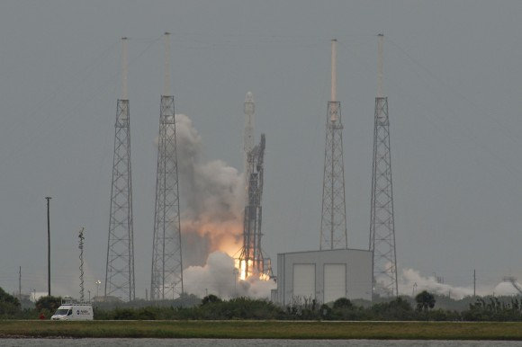 Rising slowly from Pad 40, the fully loaded Dragon and Falcon 9 v1.1 vehicle begin the mission to ISS. Credit: nasatech.net