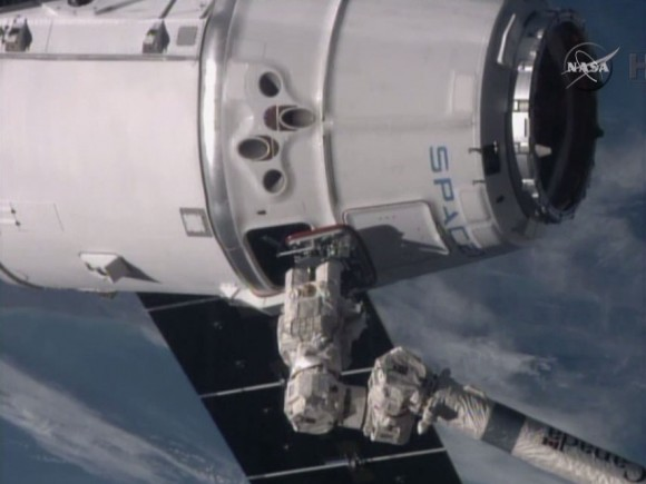 The Canadarm2 has the SpaceX Dragon in its grips on Jan 12, 2015. Credit: NASA TV