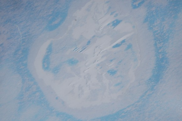 Aerial photo of the crater site, taken with the Polar 6 board camera, while the aircraft was flying 7000 feet above the ice shelf. Credit: Alfred-Wegener-Institut