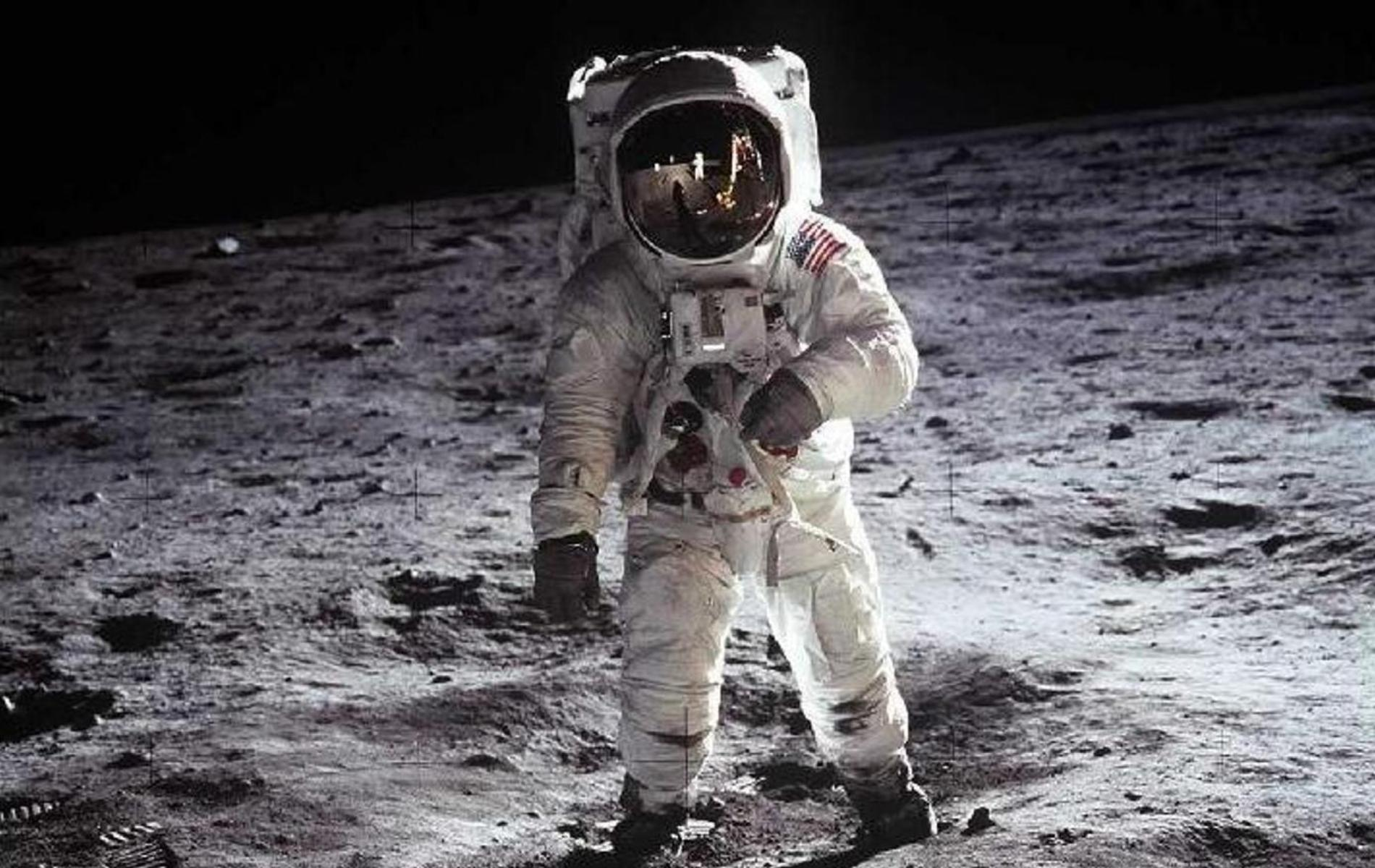 neil armstrong first astronaut on the moon - photo #4