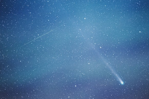 An early Geminid crosses pathes with Comet 2013 R1 Lovejoy. (Credit: Jason Hullinger).